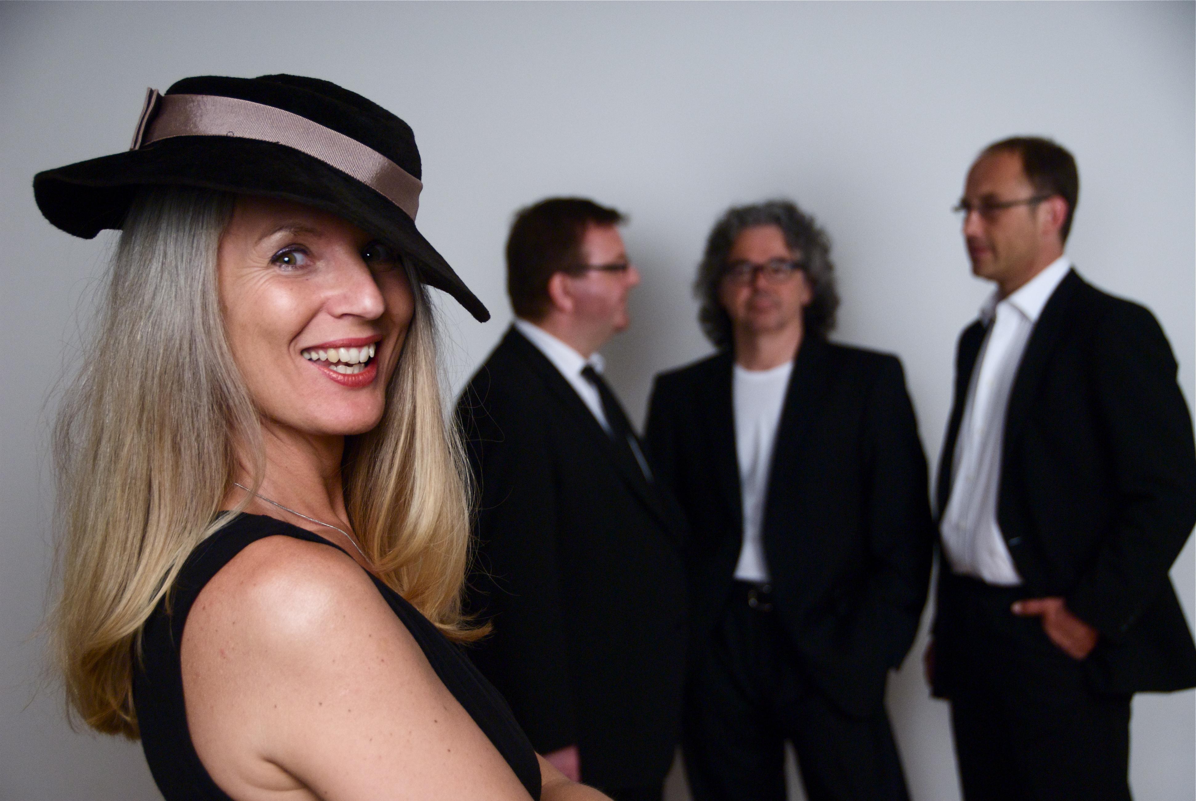 Diseuse Romy Börner und ihre musikalischen Begleiter.