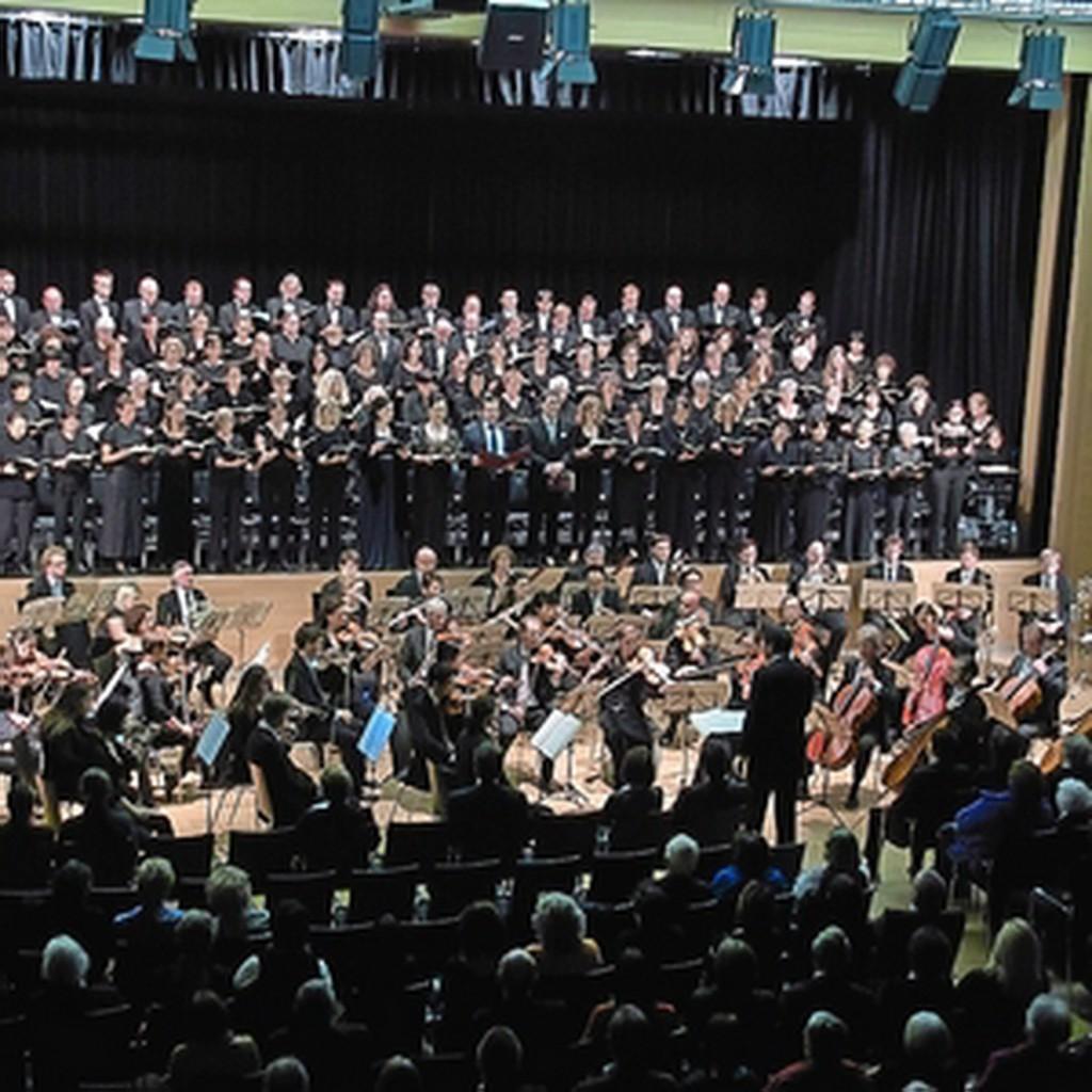 """170 mitwirkende Orchestermusiker und Chorsänger sorgten am 26. Oktober für eine denkwürdige Aufführung von Beethovens 9. Sinfonie mit Schlusschor """"An die Freude"""" in der Schwarzachtalhalle. Foto: Ralf Gohlke, MZ"""