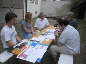 Beim Pressegespräch im KVU-Weinhof: Martin Schmid, Veronika Riedl, Hans Fischer mit den Reportern des NT und der MZ. Foto: Stumpfi