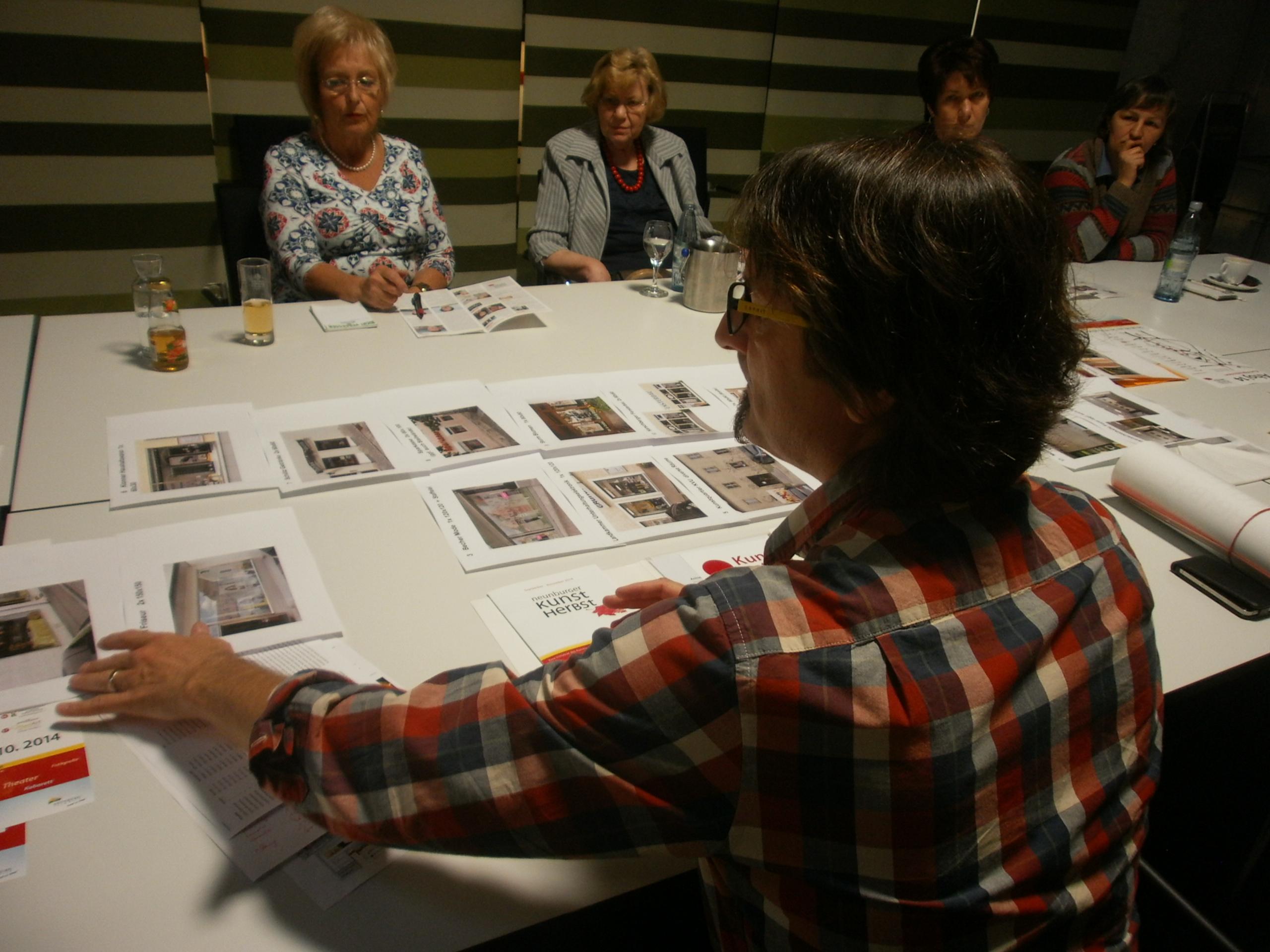Der 1. Vorsitzende Martin Schmid stellt die 17 Kunststationen vor.