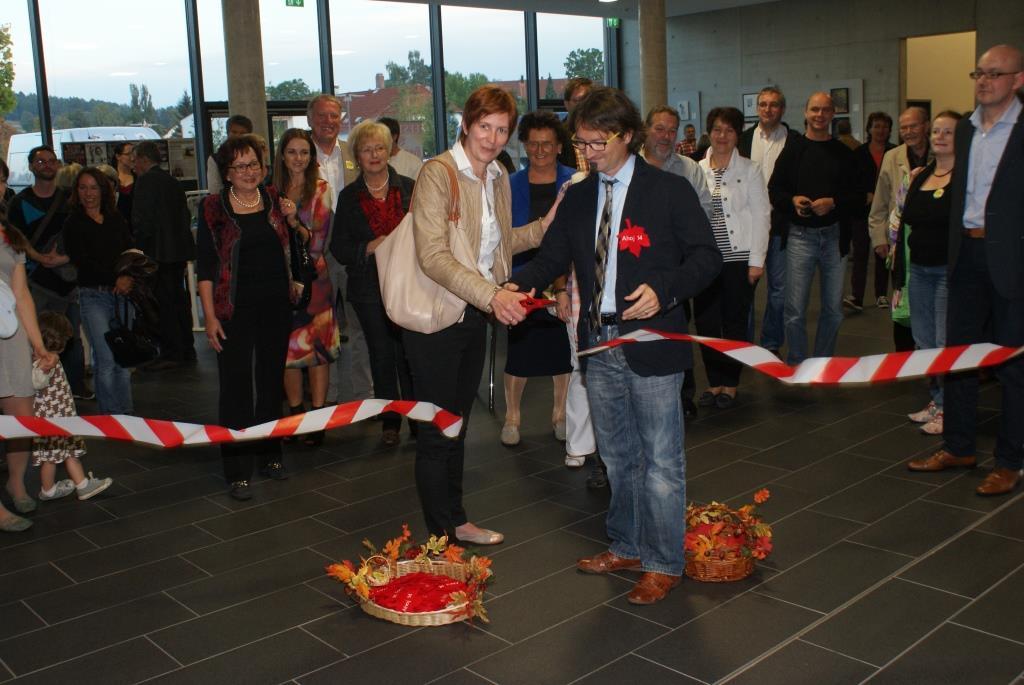 Hauptsponsorin Michaela Dettmann macht den Weg zur 1. Kunstprozession frei. Foto: Udo Weiß, NT