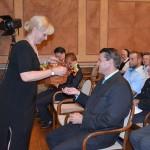 Beate Seifert  überreicht dem Landrat Ebeling einen Kunstherbst 2014-Button. Foto: Ralf Gohlke, MZ