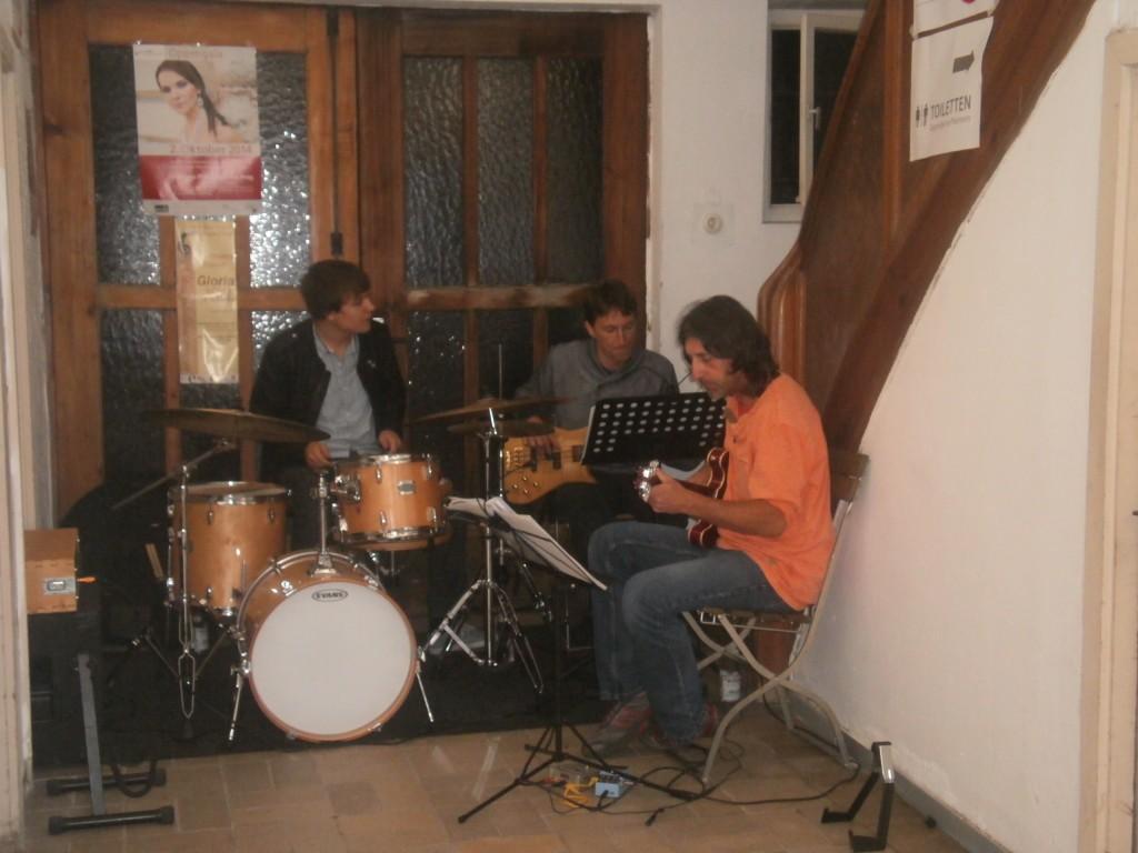 Cyrus Saleki (Gitarre), Christian Schmid (Bass) und Jonas Sorgenfrei (Schlagzeug) unterhielten die Gäste der Ahoj-14-Premiere.