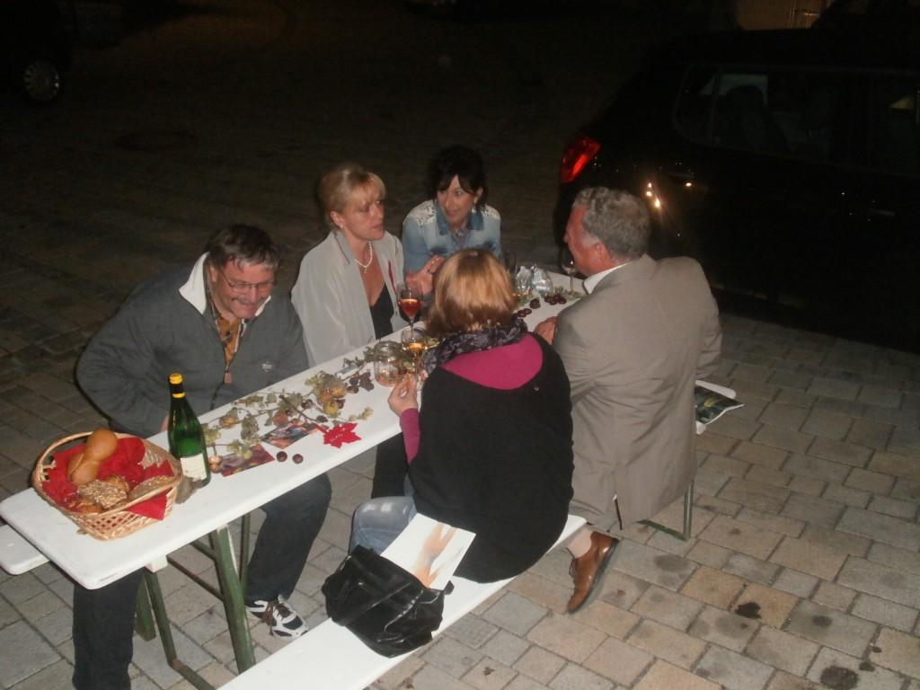 """Vor dem Kunstquartier feierten ein """"harter Kern"""" von KVU-Mitgliedern und Freunden bis Mitternacht weiter...."""