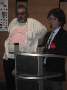 Vorsitzender Martin Schmid bei der Künstlerpräsentation (im Hintergrund der bekannte Maler und Performance-Künstler Harri Schemm aus Nürnberg.