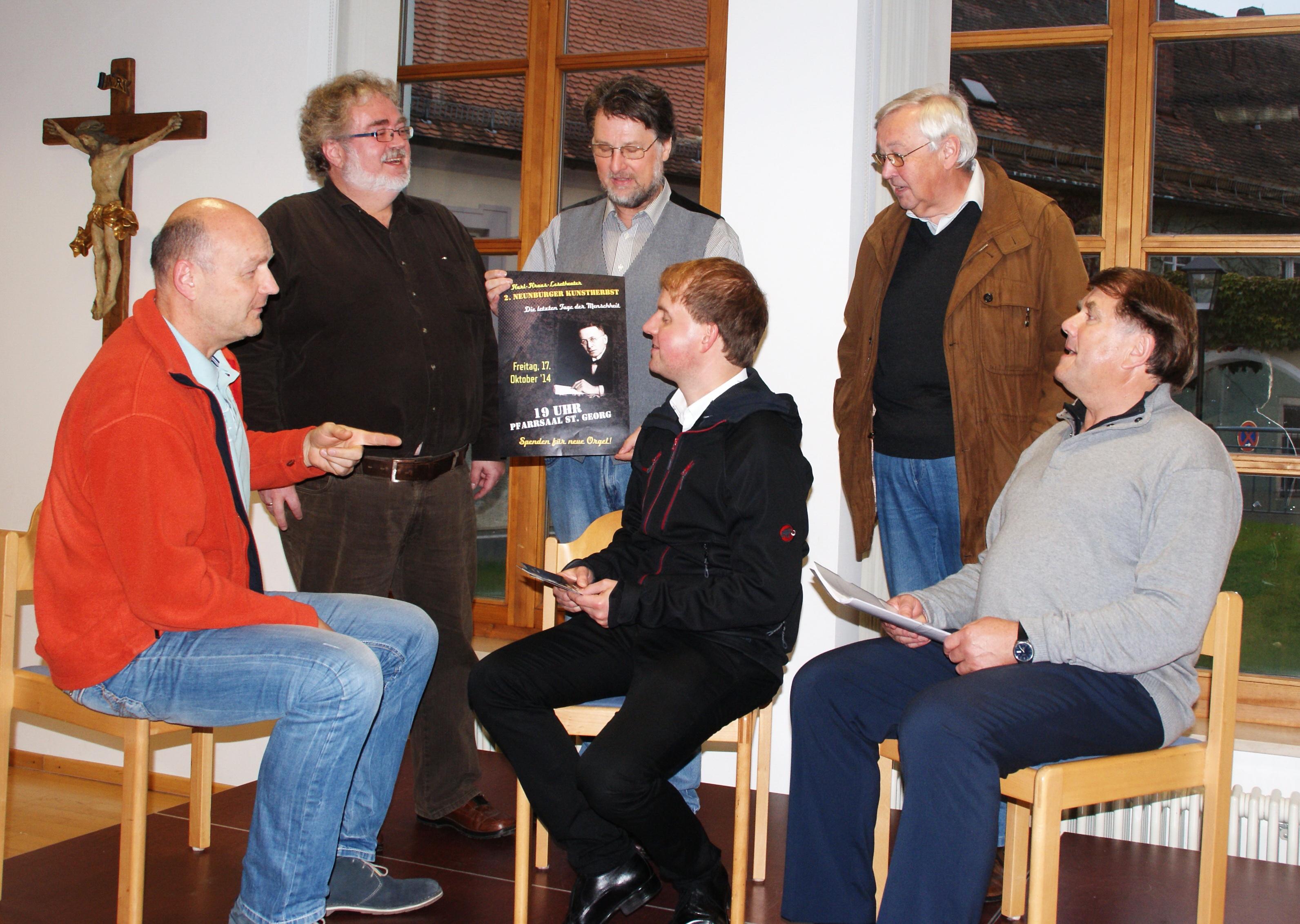 """Gerüstet für die Lesetheater-Premiere """"Die letzten Tage der Menschheit"""" im Pfarrsaal (v.l.): Jürgen Zach (Gesang & Ton), Wolfgang Huber (""""Der Patriot""""), Karl Stumpfi (Erzähler), Pfarrer Stefan Wagner (Gastgeber), Peter Wilhelm (Bewirtung) und Wolfgang Süß (""""Der Optimist""""). Nicht auf dem Foto Ulrich Wabra (""""Der Nörgler""""). Foto: Alfred Grassmann"""