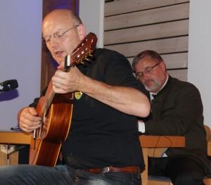 Jürgen Zack (Gitarre & Gesang) trat mit drei Kriegsliedern auf.