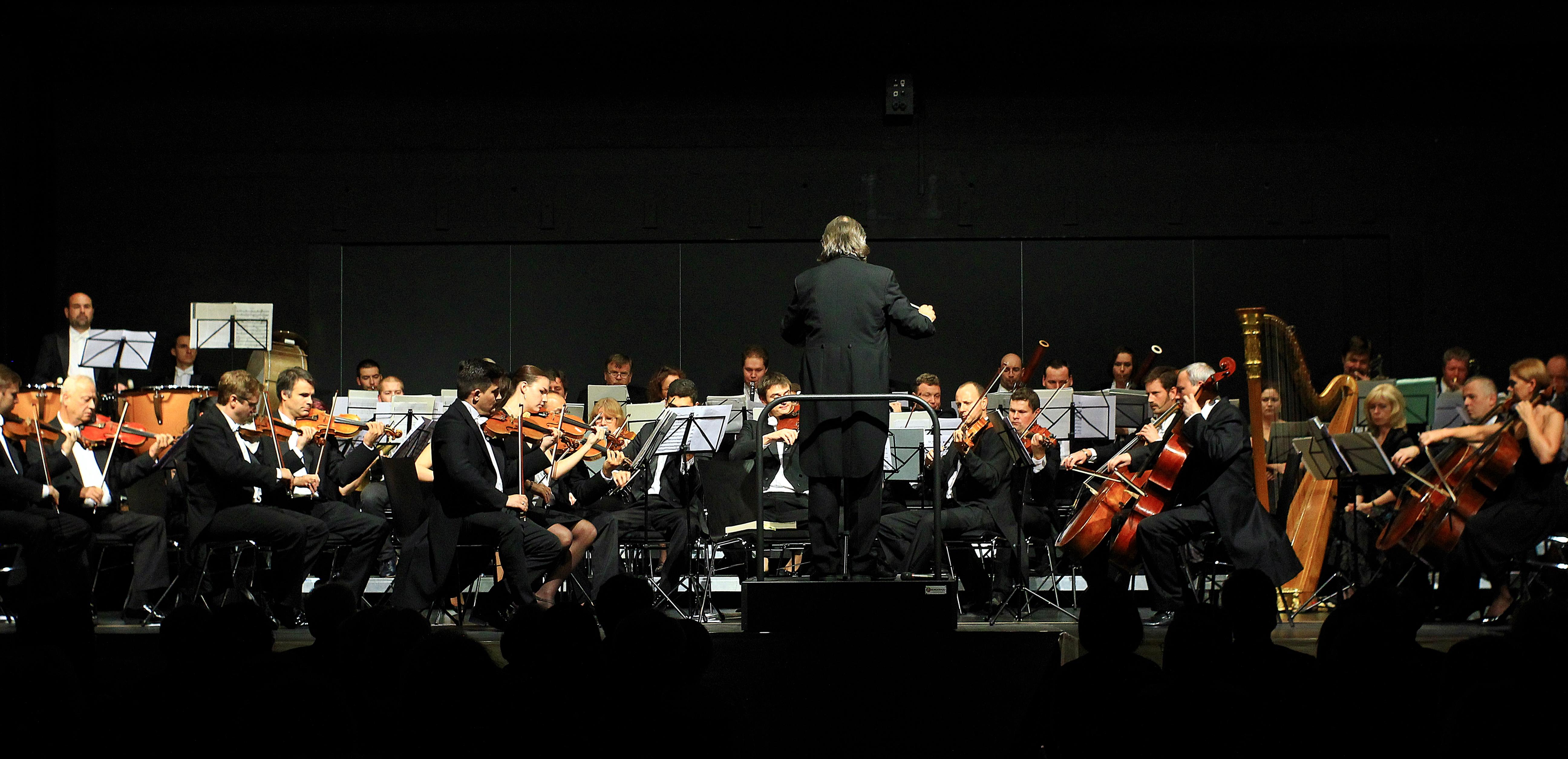 Chefdirigent Hans Richter leitet die Smetana Philharmoniker Prag bei der Operngala