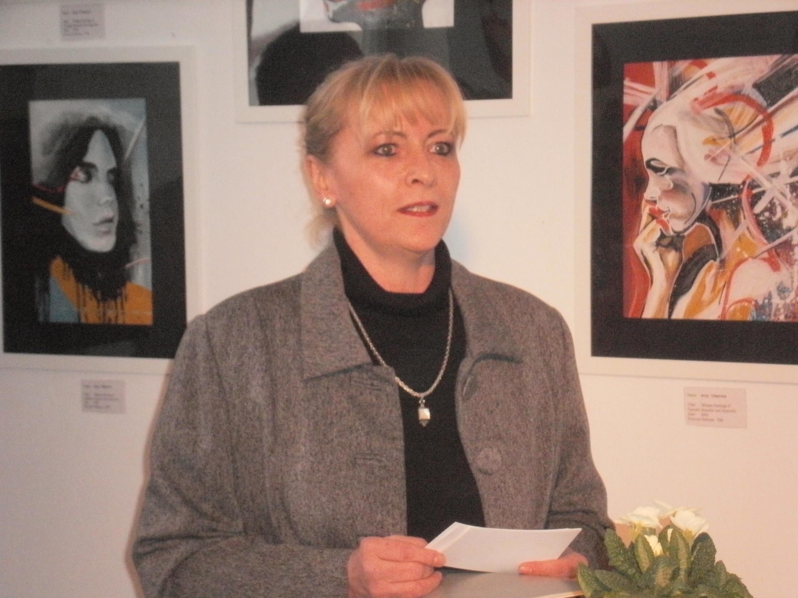 1. Vorsitzende Beate Seifert eröffnet die 2. Werksschau des Kunstvereins Unverdorben.