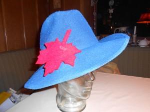 """Der von Beate Seifert kreierte """"Blaue Hut"""" kommt  erstmals zum Einsatz...."""