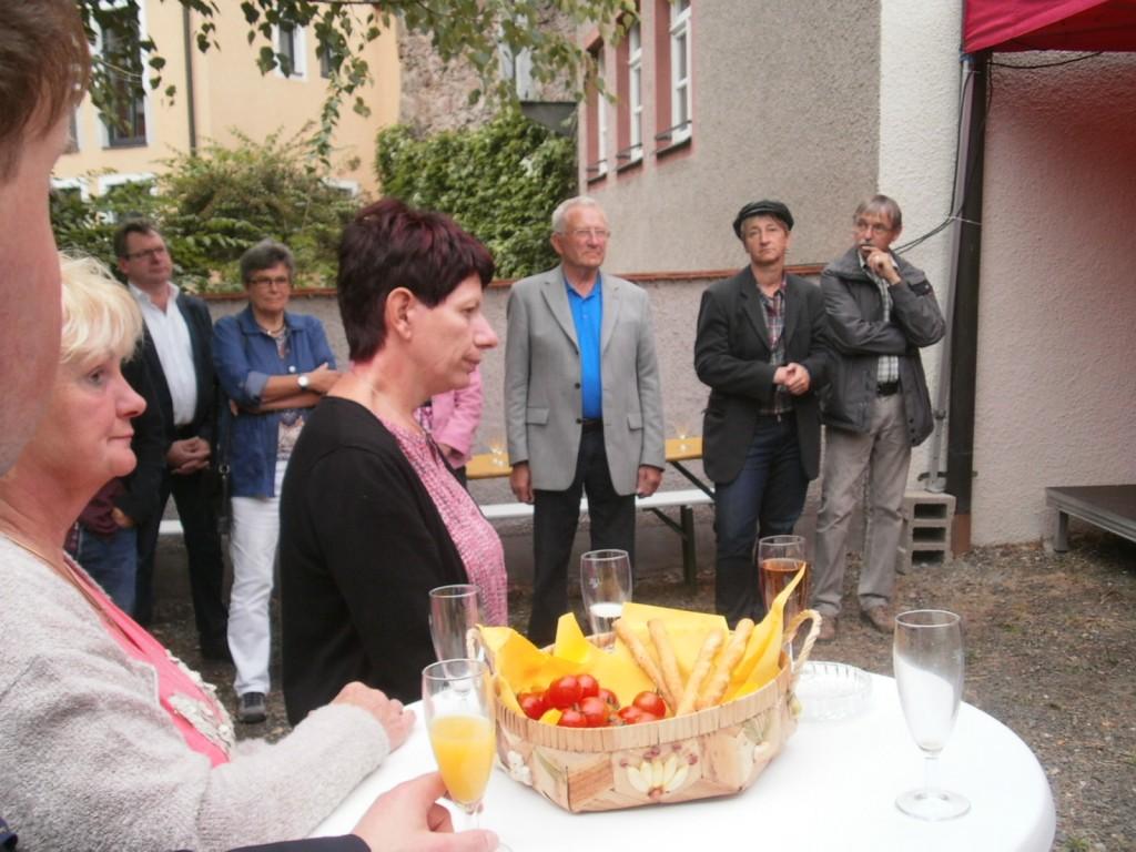 Unter den Gästen der Ausstellungseröffnung: 2. Bürgermeisterin Margit Reichl und Stadtpfarrer Stefan Wagner.