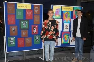 Zwei Mittelschüler erläutern ihre Kunstwerke