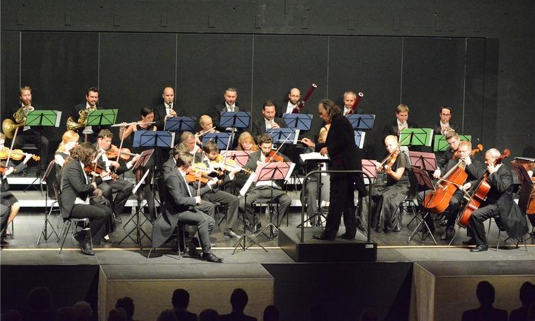 Chefdirigent Hans Richter dirigiert die Smetana Philharmoniker Prag
