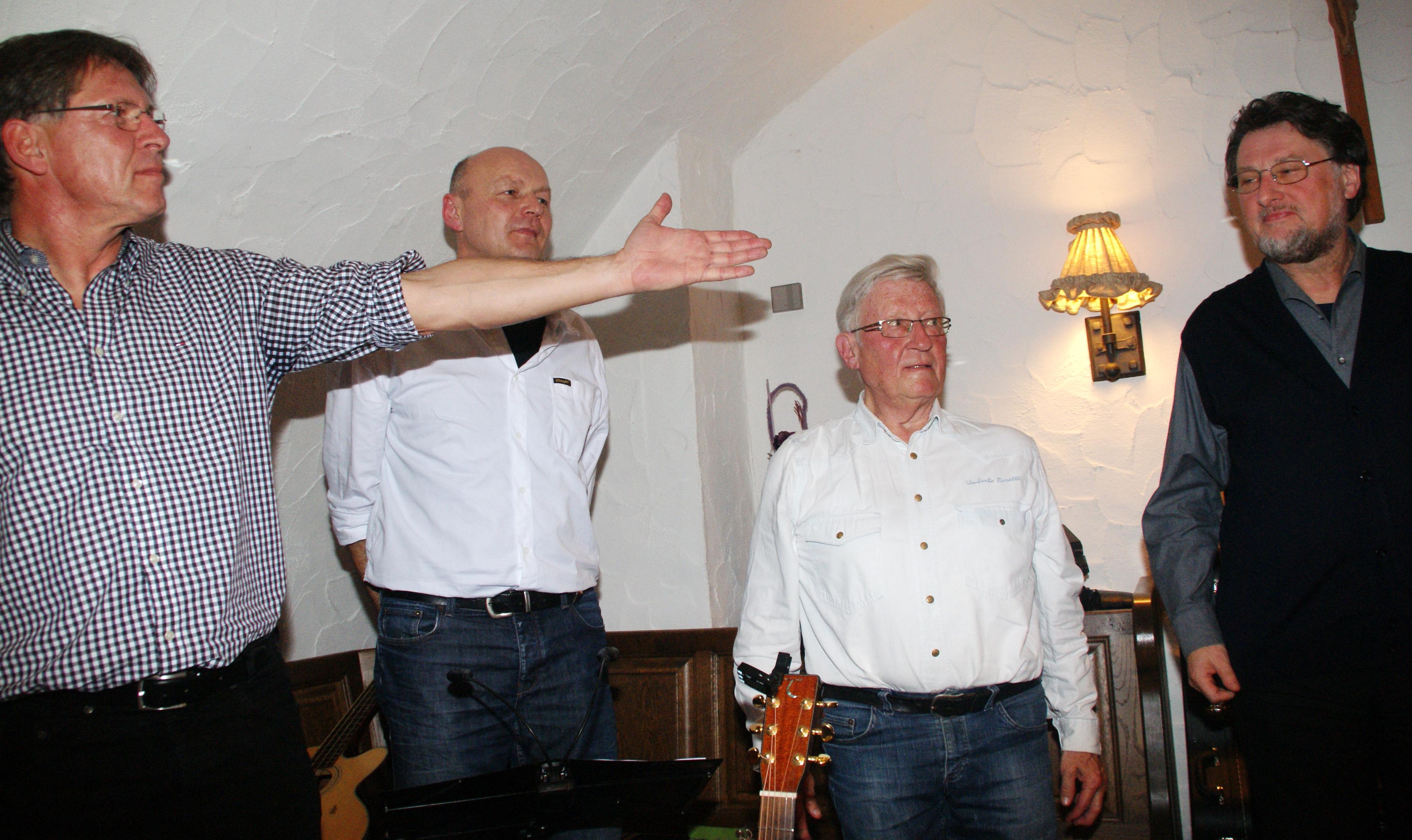 """Die """"4 Unverdorbenen"""" Klaus Götze, Jürgen Zach, Günter Schmid & Karl Stumpfi (v. li.) nach ihrem erfolgreichen ersten Ensdorfer Gastspiel im November 2014. Foto: Alfred Grassmann, NT"""