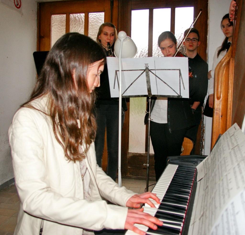 Absolventen des RS-Kunstzweigs umrahmen die Vernissage musikalisch.