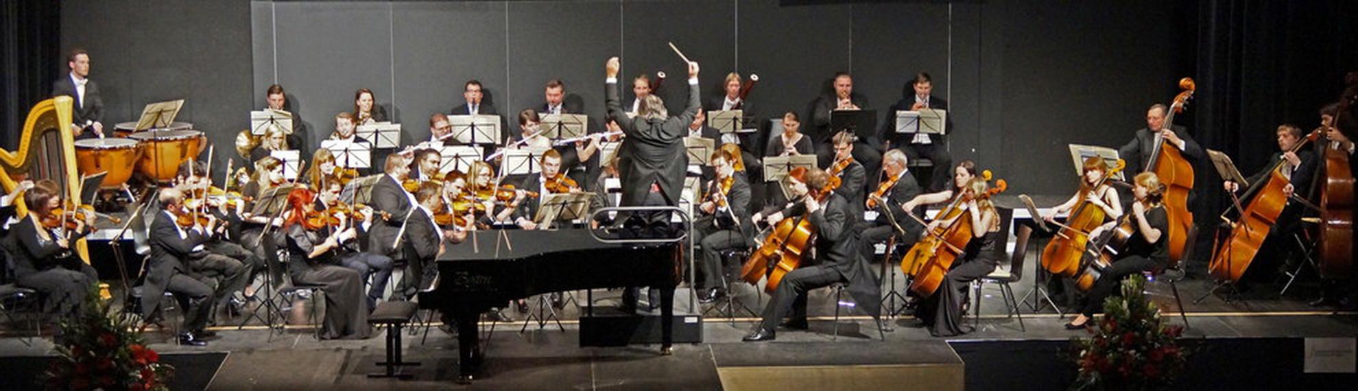 """Die Smetana Philharmoniker unter Leitung von Hans Richter bei der Aufführung von Max Regers """"Mozart-Variationen"""" am 23. April 2016 in der Neunburger Schwarzachtalhalle. Foto: Udo Weiß, NT"""