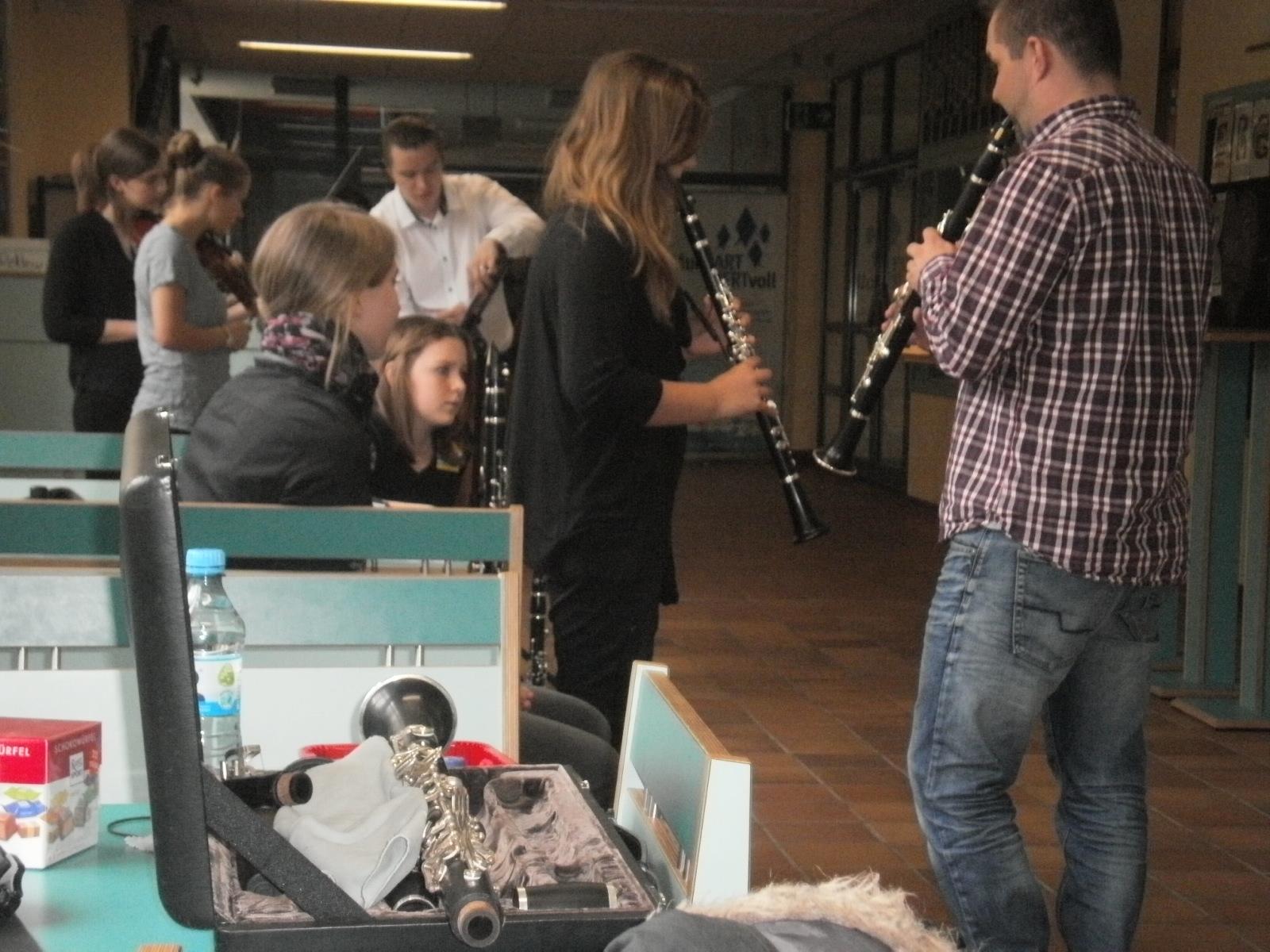 Drei Orchestermusiker der Smetana Philharmonie Prag nahmen die Workshop-Teilnehmer unter ihre Fittiche.