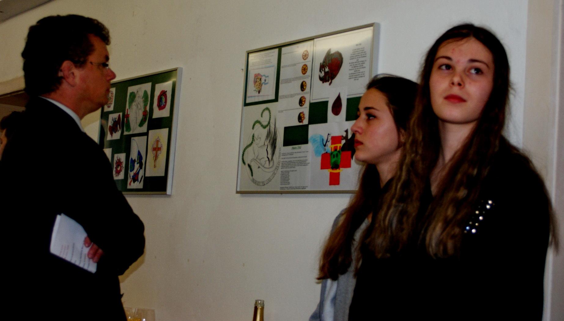 Bürgermeister Martin Birner nimmt die Schülerarbeiten in Augenschein. Fotos: Alfred Grassmann