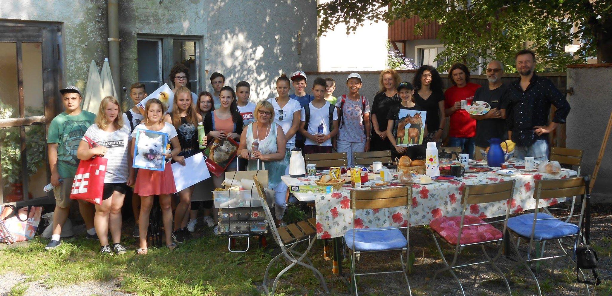 Empfang der ersten Pleinair-Malgruppe der Mittelschule Neunburg und deren tschechischen Kunstmentoren durch den KVU im Weinhof des Kunstquartiers.