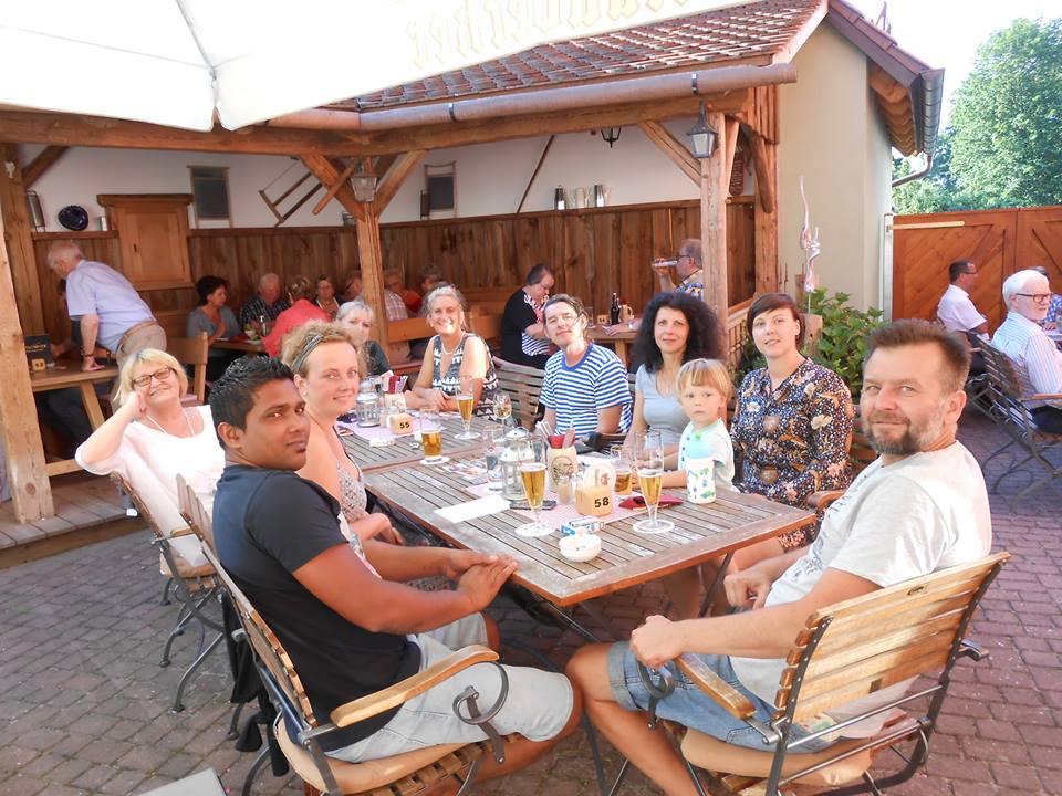 Kurz nach ihrer Ankunft wurde die erste Delegation der tschechischen Künstlergruppe ArtVrch durch Vorstandsmiglieder des KVU empfangen und im Gasthof Sporrer bewirtet.