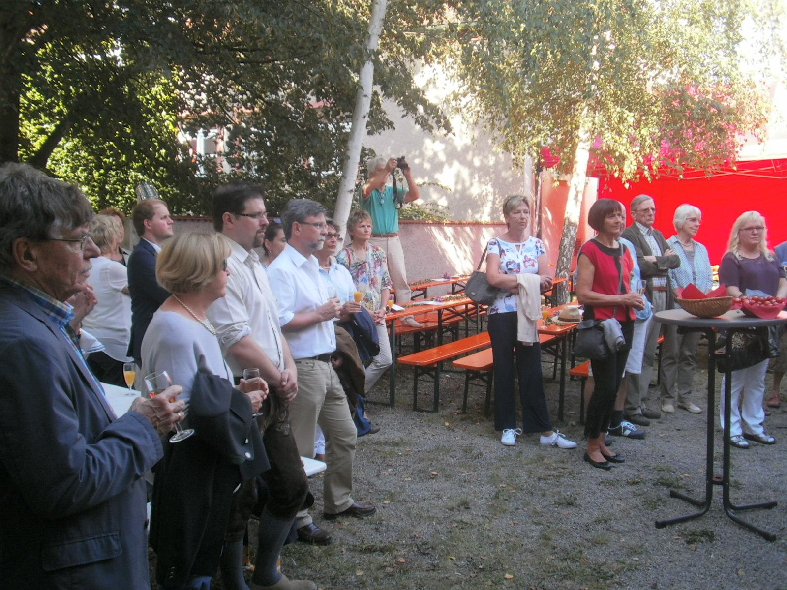"""Vernissage der Sommerausstellung """"ocker-umbra-siena"""" im Weinhof des Kunstquartiers."""