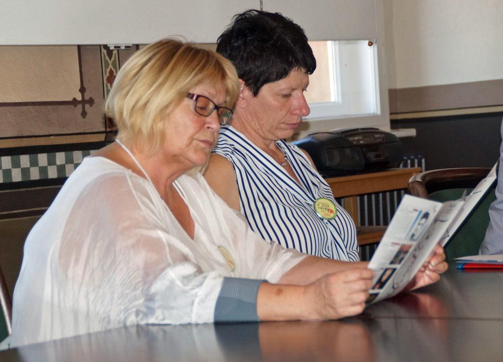 2. Bgm. Margit Reichl und 2. Vorsitzende Renata Heimerl bei der Programm-Lektüre...