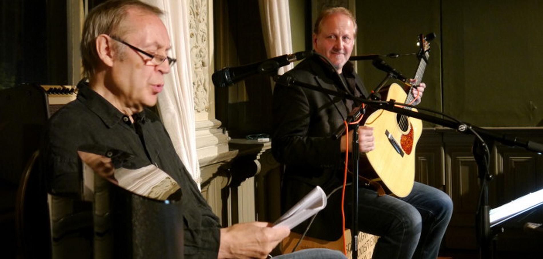 """28.9.: Die """"John-Lennon-Nacht"""" in der Alten Seilerei mit Achim Amme, Hamburg (Rezitation) und Volkwin Müller, Detmold (Gitarre u. Gesang) beeindruckte Zuhörerinnen und Zuhörer."""