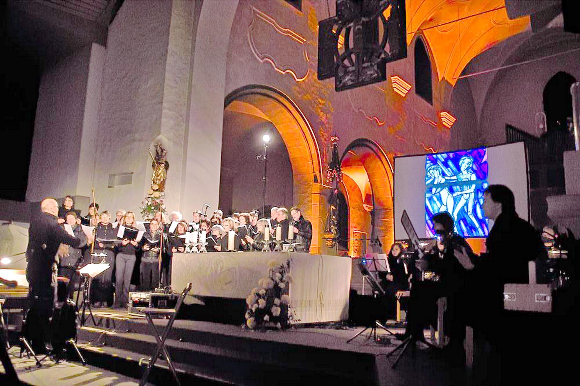 """Im mystisch illuminierten Kirchenraum der katholischen Stadtpfarrkirche St. Josef führt der Chor CONTIGO am 5. November sein Nachtkonzert """"Die Träume hüten..."""" auf. Foto: Ralf Gohlke, MZ"""
