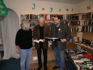 Buchhändlerin Doris Reitinger, Autor Joachim Kendzia und Kunstherbst-Koordinator Karl Stumpfi bei Vorbereitungen der Buchpräsentation.