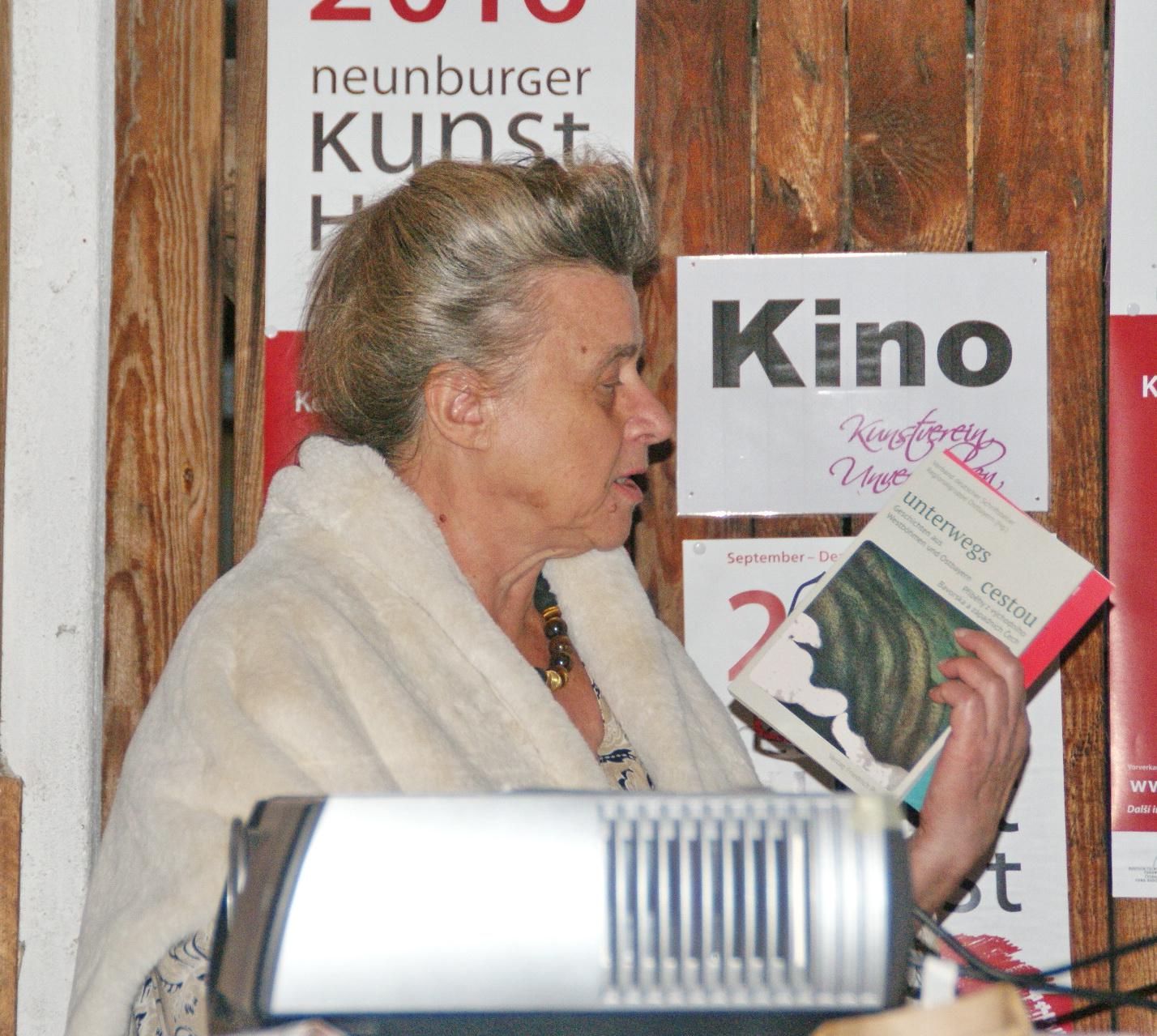 """Dr. Marita A. Panzer, 1. Vorsitzende des Schriftstellerverbandes Ostbayern, gab eine kurze Einführung zum Filmabend """"Literatur in Wanderstiefeln"""". Foto: Grassmann"""