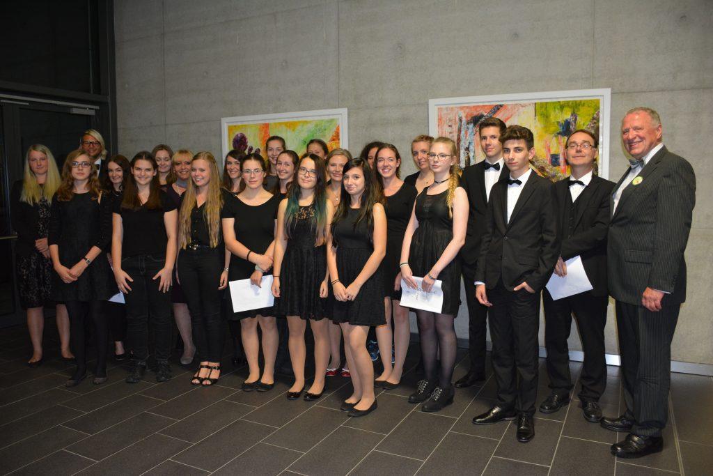 Lohn der Anstrengungen am Chor-Workshop-Tag in Neunburg war für die Nittenauer RT-Gymnasiastien die Entgegennahme der Teilnahmeurkunde nach dem Konzert.