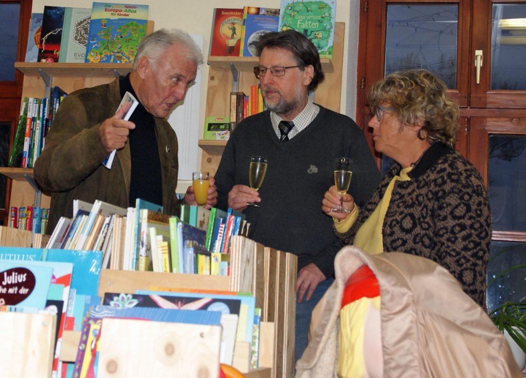 Autor Joachim Kendzia im Gespräch mit KVU-Medienreferent Karl Stumpfi und Margot Weiß.