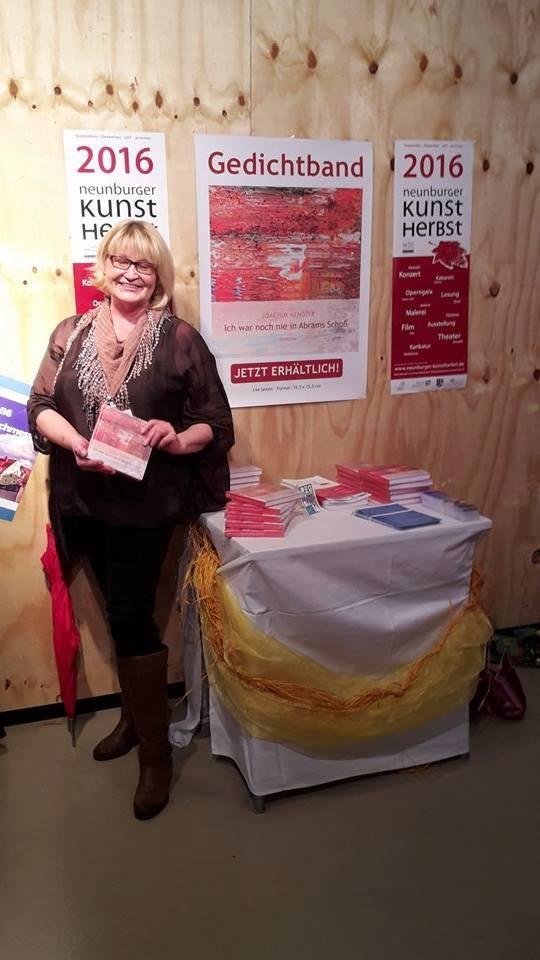 2. Vorsitzende Renata Heimerl am Infotisch des Kunstvereins Unverdorben bei der 1. Regensburger Buchmesse. Foto: Beate Seifert
