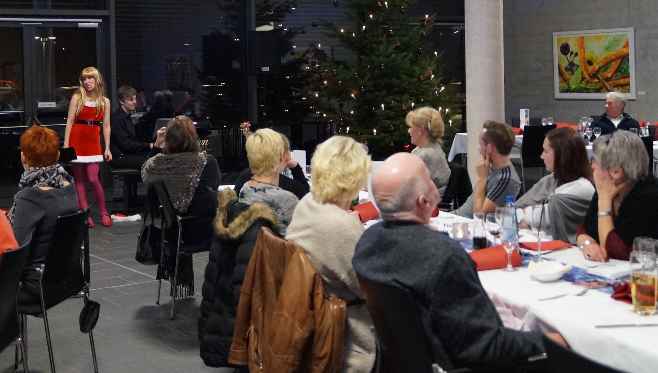 Die Kabarettisten Silke Heimann und Martin Kubetz tischten beim Kunstherbst-Finale Satirisches auf. Fotos: Udo Weiß, NT