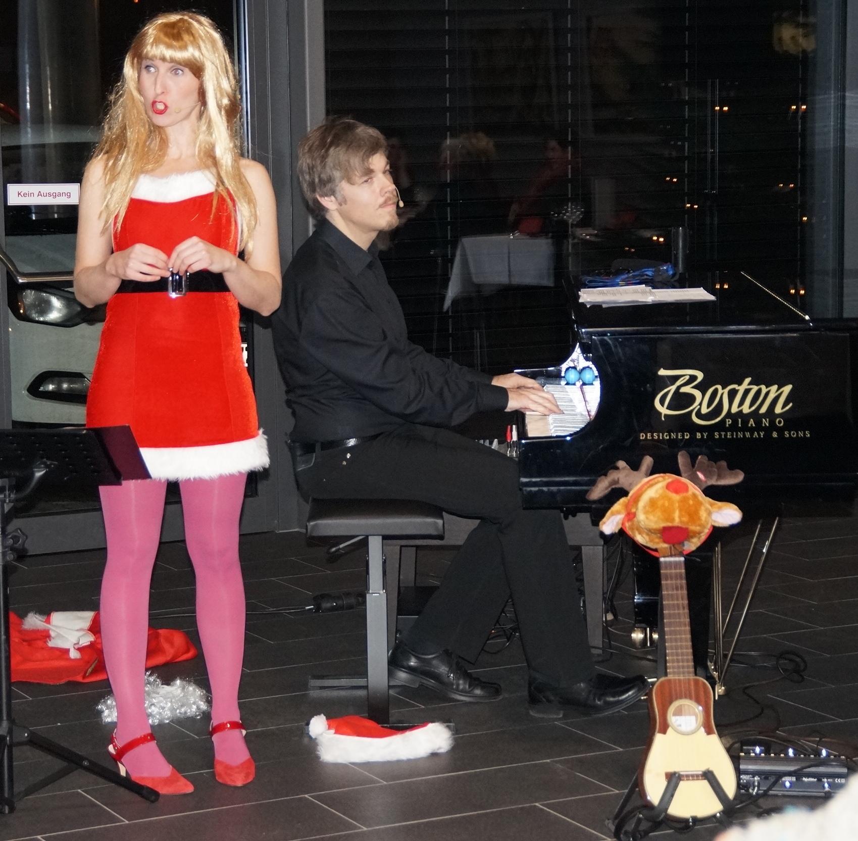 """Starker Auftritt bei """"Das X-Maß ist voll"""" im Foyer der Schwarzachtalhalle: Silke Heimann (Gesang) und Martin Kubetz (Piano). Foto: Udo Weiß, NT"""
