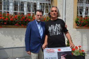 Chefdirigent Hans Richter und Klassikbeauftragter Karl Stumpfi vor dem Neunburger Rathaus. Foto: R. Gohlke