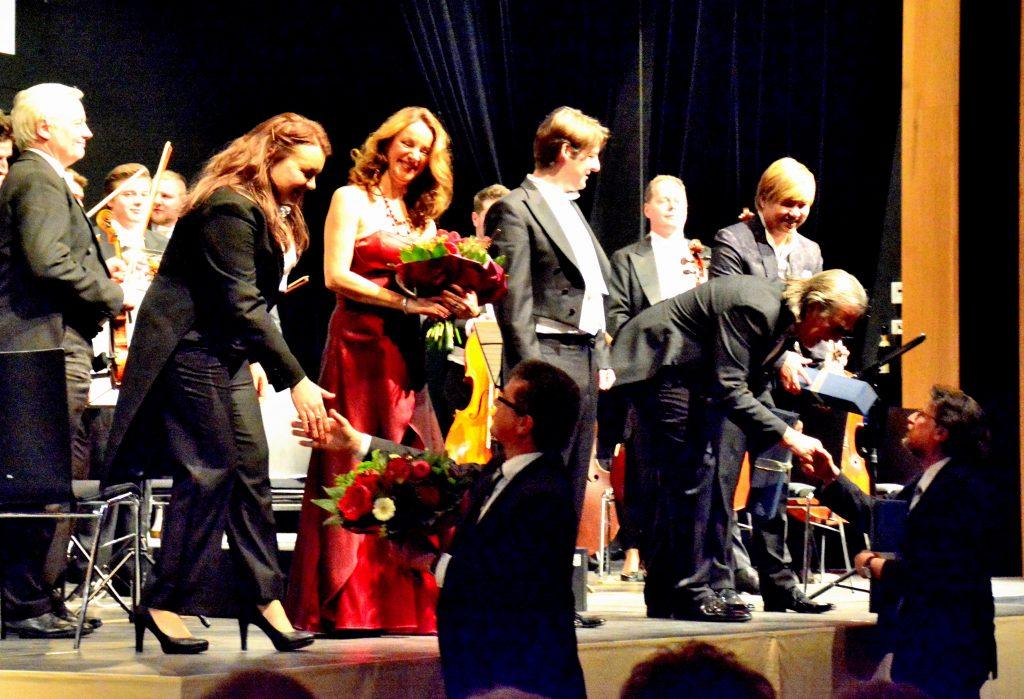 Bürgermeister Martin Birner und Kulturbeauftragter Karl Stumpfi überreichten Blumen und Präsente an die Künstler.