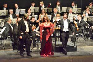 """Tenor Thomas Paul und Marisca Mulder überzeugten bei den Duetten aus """"La Boheme"""" von Puccini und """"Viktoria und ihr Husar"""" von Abraham."""