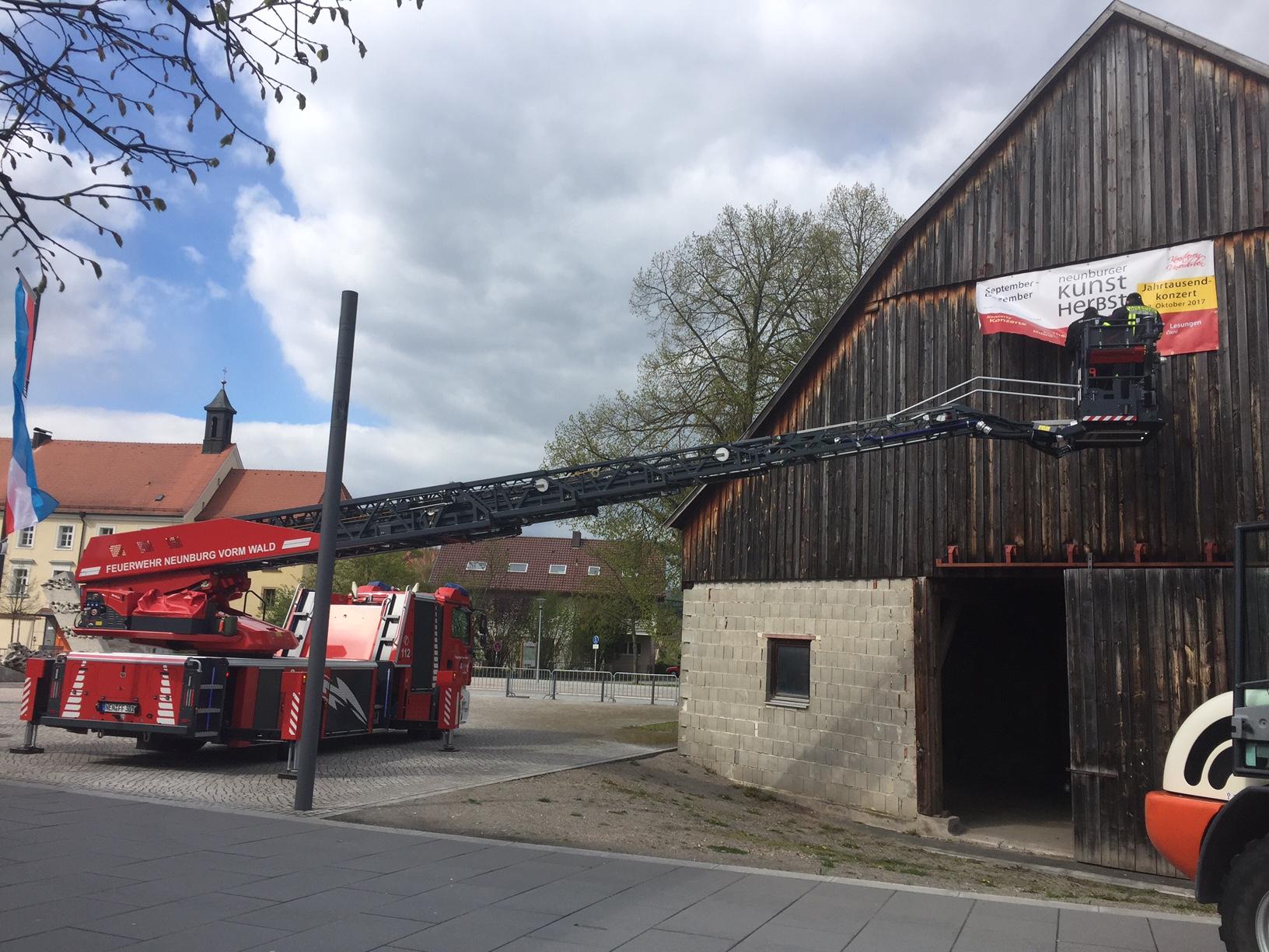 """Das Werbebanner """"NEUNBURGER KUNSTHERBST"""" mit Jahrtausendkonzert 2. Oktober 2017 grüßt vom Dachgiebel des Hirschenwirtsstadels am Messegelände """"Torweiher"""". Foto: Messeleitung"""