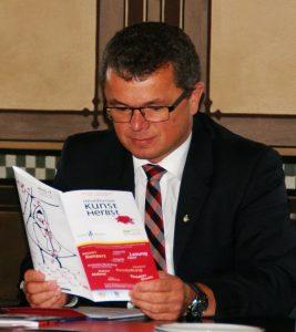 1. Bürgermeister Martin Birner bei der Lektüre des Programmfolders 17.