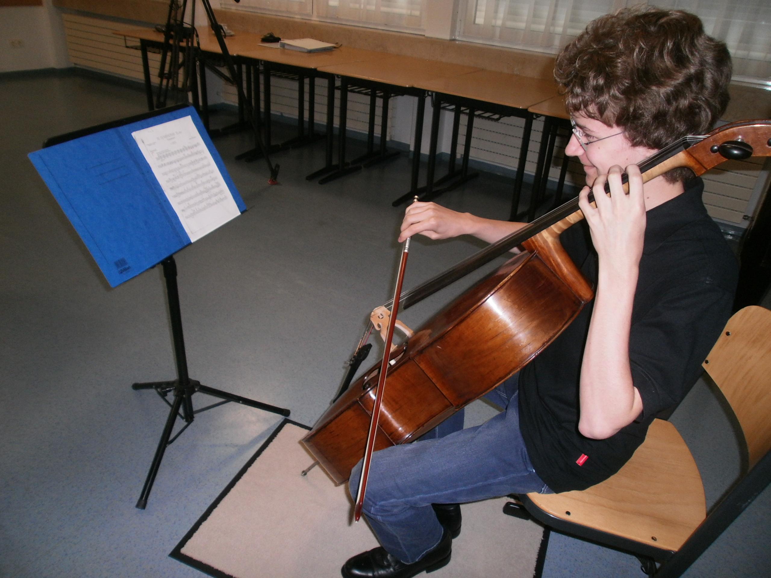 Der Neunburger Jung-Cellist Christof Gregor (Ortenburg-Gymnasium) spielt vor.