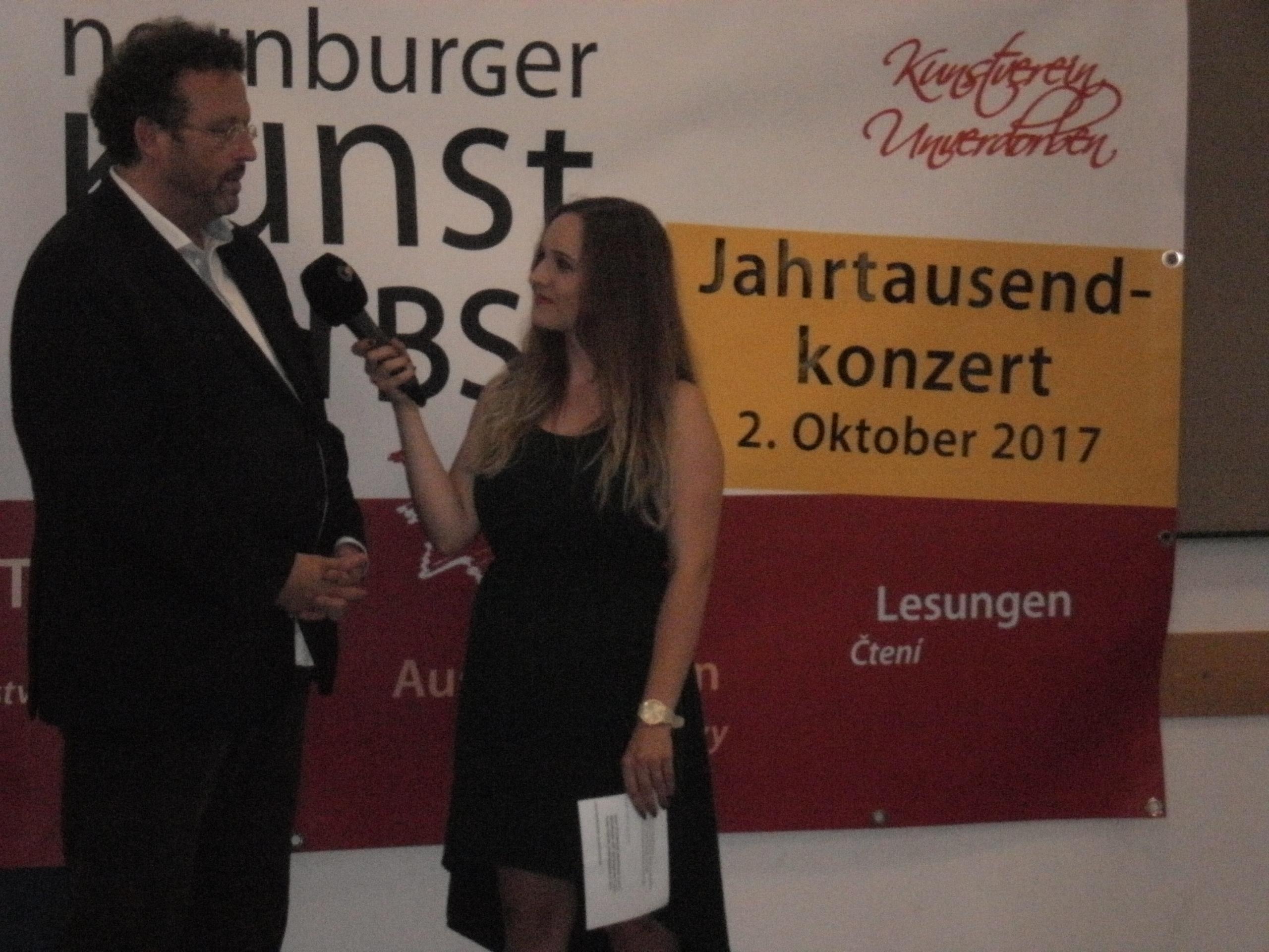 Intendant und Chefdirigent Mark Mast von der Bayerischen Philharmonie gab dem Regionalfernsehsender OTV ein ausführliches Interview. Foto: K. Stumpfi