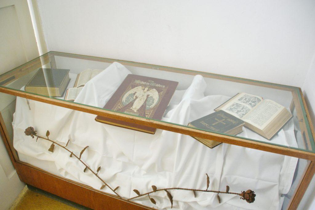 Diese Glasvitrine enthält Leihgaben des Schwarzachtaler Heimatmuseums und aus der Privatsammlung Theo Männers.