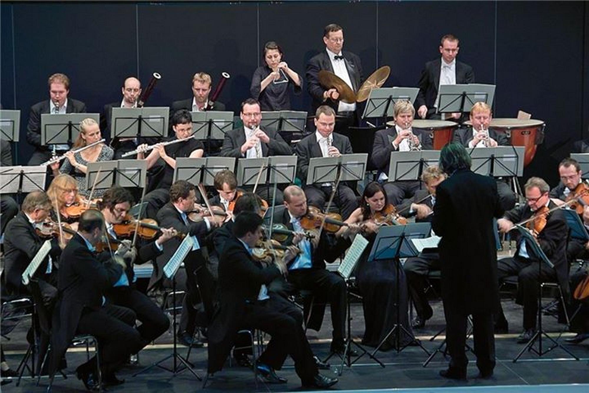 Hans Richter dirigierte die Prager Smetana Philharmoniker im Eröffnungskonzert der Schwarzachtalhalle am 14. Juli 2012. Foto: Ralf Gohlke, MZ
