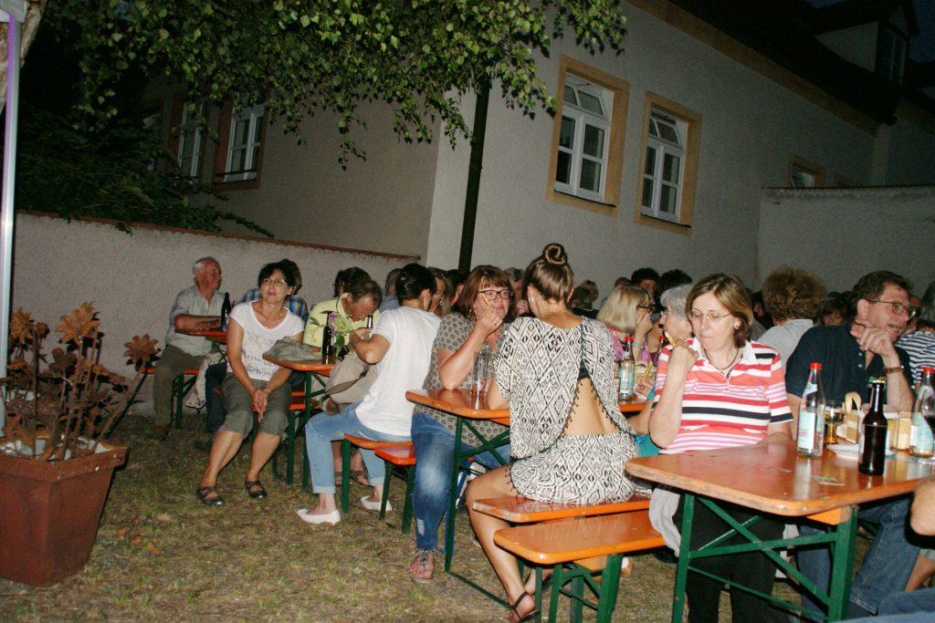 Die Zuhörerinnen und Zuhörer genossen die gemütliche Weinlaubena tmosphäre! Foto: Alfred Grassmann