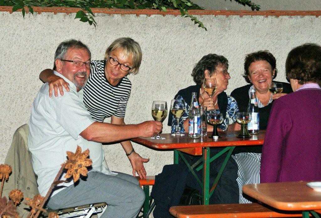 Erlesene Tropfen aus dem KVU-Weinkeller und die laue Sommernacht erwiesen sich als Garanten für prächtige Weinlaubenstimmung! Fotos: Alfred Grassmann