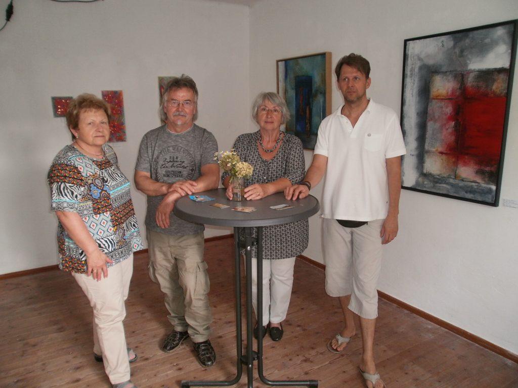 Kuratorin Renate Ullmann (2 v. re.) bereitet zurzeit die Mitgliederausstellung 2018 vor und nimmt ab sofort Anmeldungen der KVU-Künstlerinnen und Künstler entgegen. Foto: Karl Stumpfi