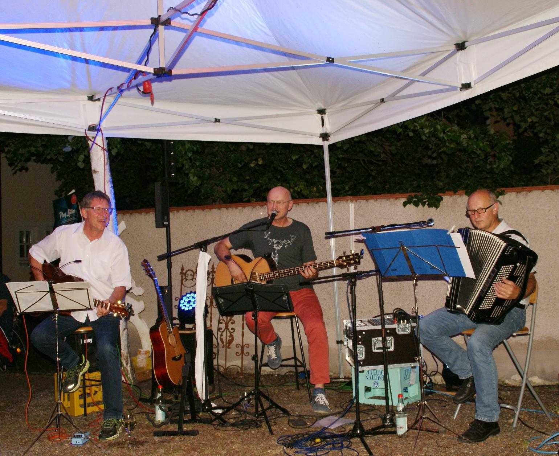 """In Bestform präsentierte sich der """"Haus-Band"""" des KVU mit Jürgen Zach (Mitte), Klaus Götze (links) und Franz Schöberl (rechts). Fotos: Alfred Grassmann"""