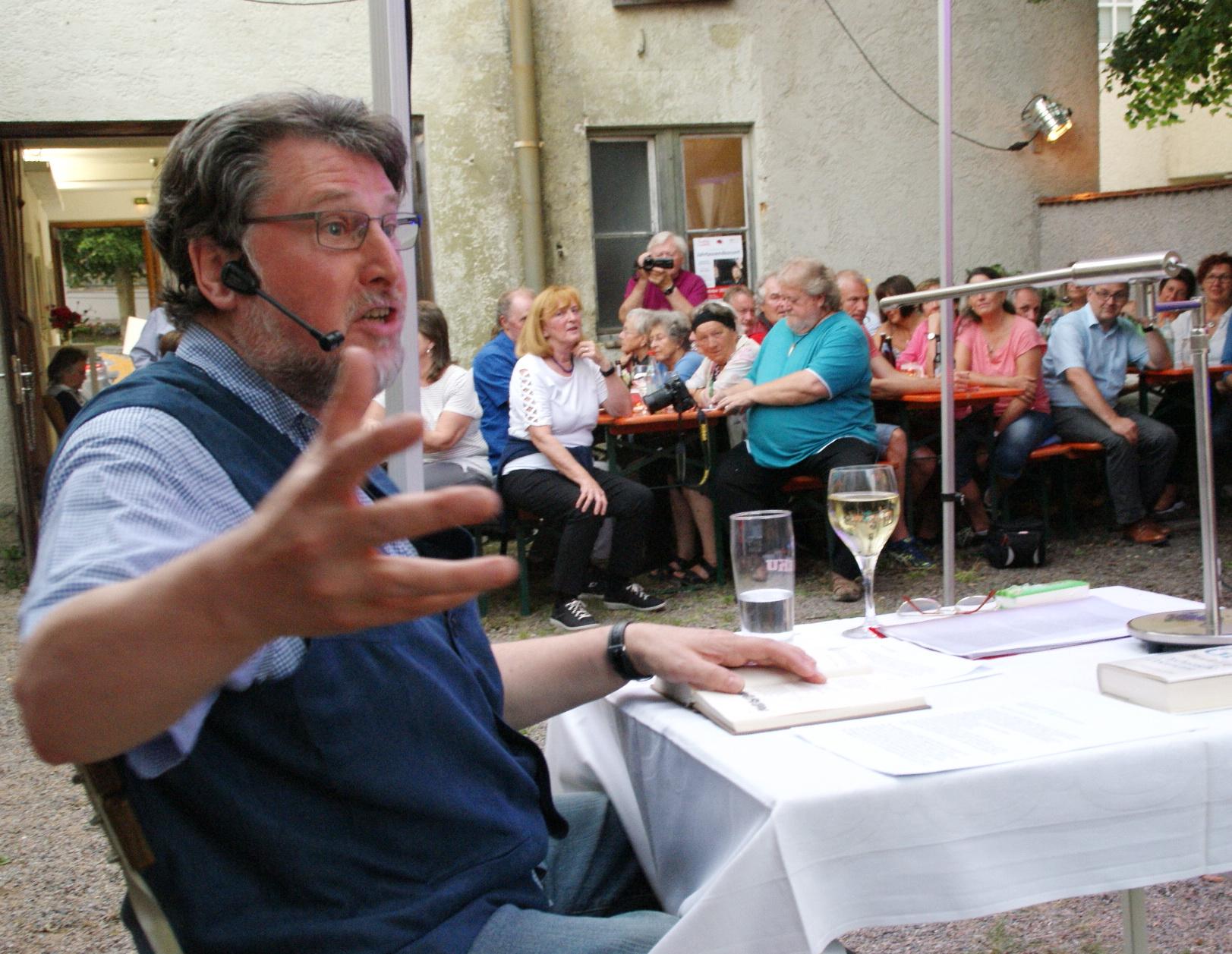 Rezitator Karl Stumpfi beanspruchte wieder sein volles Mimik- und Gestikrepertoire. Fotos: Alfred Grassmann