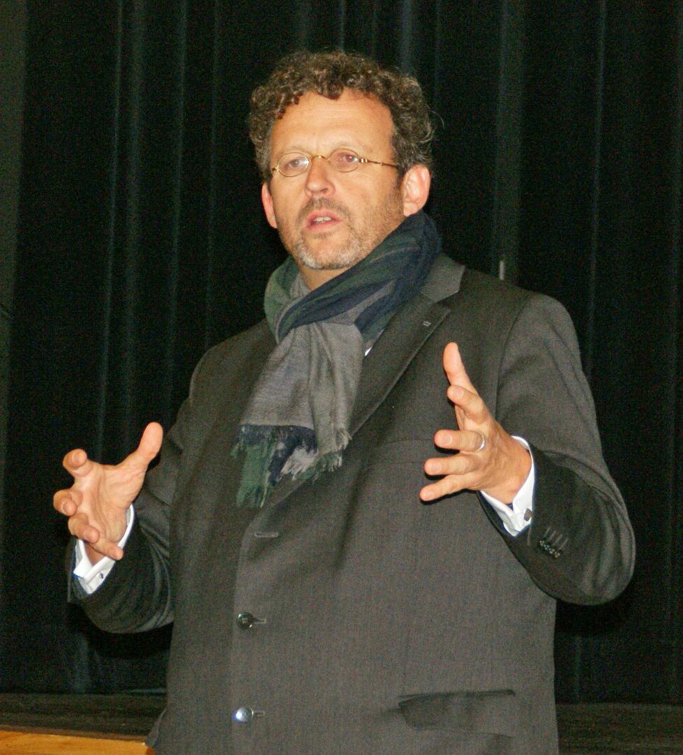 Chefdirigent Mark Mast gibt am Donnerstag, 19 Uhr, in der Schwarzachtalhalle eine kurzweilige Jahrtausendkonzert-Einführung. Foto: Grassmann